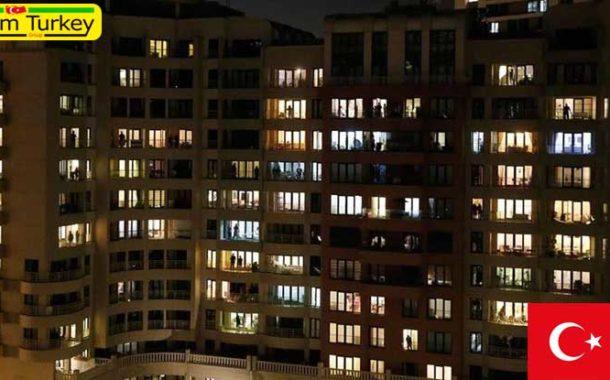 مردم استانبول از بالکن خانهها کادر درمانی را تشویق کردند