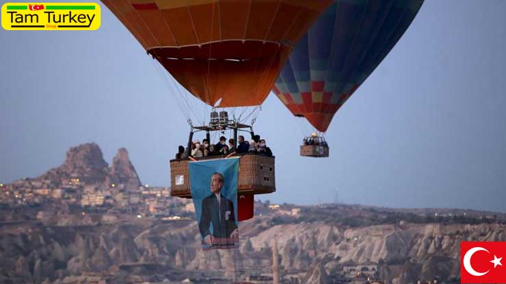 پرواز بالنها با پرچم ترکیه و پوسترهای آتاترک در کاپادوکیا
